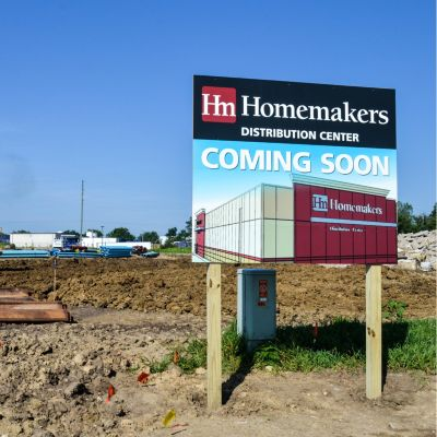Image shows construction in progress and a sign announcing Homemakers' new distribution center coming to Urbandale